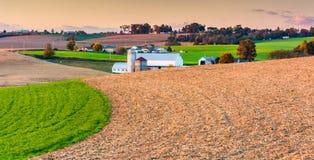 Vue des fermes et de la Rolling Hills au coucher du soleil, dans le compte oriental de York Photographie stock