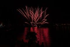 Vue des feux d'artifice sur le lac de policier photographie stock
