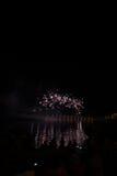 Vue des feux d'artifice sur le lac de policier image stock
