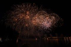 Vue des feux d'artifice sur le lac de policier images libres de droits