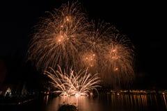 Vue des feux d'artifice sur le lac de policier Photographie stock libre de droits