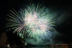 Vue des feux d'artifice sur le lac de policier photos libres de droits