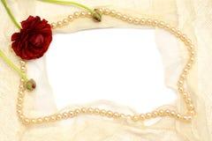 Vue des fleurs, des perles et du lacet blanc Image stock