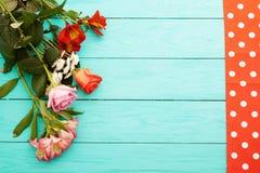 Vue des fleurs et de la nappe dans des points de polka sur le fond en bois bleu Vue supérieure et foyer sélectif Copiez l'espace Image stock