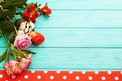 Vue des fleurs et de la nappe dans des points de polka sur le lieu de travail à cuire en bois bleu Vue supérieure et foyer sélect Photo stock