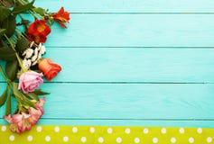 Vue des fleurs et de la nappe dans des points de polka sur le lieu de travail en bois bleu de cuisine Vue supérieure et foyer sél Photo stock