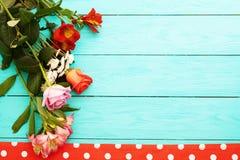 Vue des fleurs et de la nappe dans des points de polka sur la table en bois bleue Vue supérieure et foyer sélectif Copiez l'espac Images libres de droits