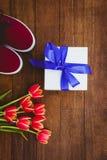Vue des fleurs rouges et des cadeaux bleus Photographie stock libre de droits