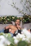 Vue des fleurs sur les couples internationaux rêveurs de l'homme avec la barre Photos libres de droits