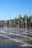 Vue des fontaines Fond de ciel bleu photo stock