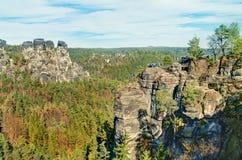 Vue des formations de roche verticales entourées par des arbres Image stock
