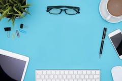 Vue des fournitures de bureau avec l'espace de copie Images stock