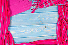 Vue des gants de laine féminins et le châle, l'habillement pour l'automne ou l'hiver, l'espace de copie pour le texte sur les con images libres de droits