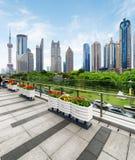 Vue des gratte-ciel et du parc, le nouveau secteur de Pudong, Changhaï Photographie stock libre de droits
