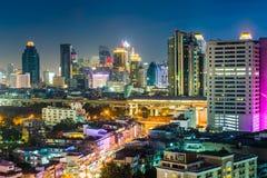 Vue des gratte-ciel modernes la nuit, à Bangkok, la Thaïlande Photo libre de droits