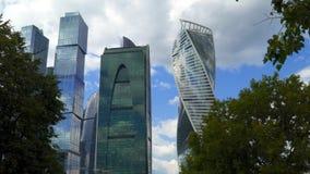 Vue des gratte-ciel par derrière les arbres banque de vidéos