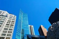 Vue des gratte-ciel sur Manhattan de dessous photographie stock