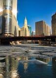 Vue des gros morceaux de glace flottant sous des ponts sur une rivière Chicago congelée en janvier Images libres de droits