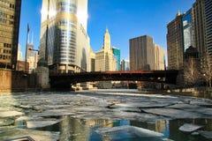 Vue des gros morceaux de glace flottant sur une rivière Chicago congelée en janvier Photographie stock