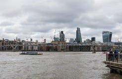 Vue des grues de construction de Londres de la Tamise Photographie stock