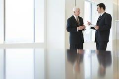 Vue des hommes d'affaires discutant dans un bureau. Photographie stock