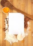 Vue des ingrédients et du papier de nourriture pour la recette Photos stock