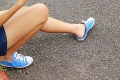Vue des jambes d'une femme avec les espadrilles bleues Images libres de droits