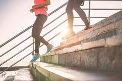 Vue des jambes de coureurs ayant une session de séance d'entraînement sur des escaliers de ville extérieurs - étroit des personne images libres de droits