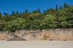 Vue des jardins du 18ème siècle de la fontaine, construits autour des ruines romaines de thermae, à Nîmes Image libre de droits