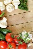 Vue des légumes (concombre, tomate, champignons de couche, ail) Photographie stock libre de droits
