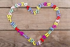 Vue des lettres en bois dans la forme du coeur sur un fond en bois Photo stock