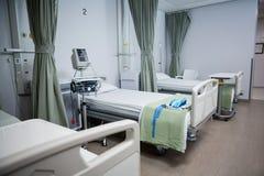 Vue des lits d'hôpital vides dans la salle photographie stock libre de droits