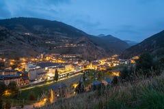 Vue des lumières de banlieue noire de Canillo et de la rue principale au crépuscule image stock