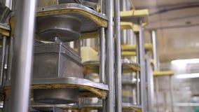 Vue des machines à l'installation laitière au travail banque de vidéos