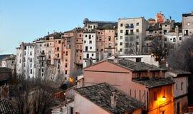 Vue des maisons accrochantes de Cuenca Image stock