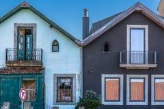 Vue des maisons de penchement symétriques, une vieille et une nouvelle et reconstituée images libres de droits