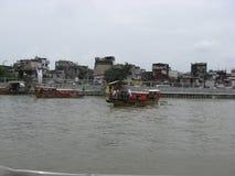 Vue des maisons et du ferry-boat le long de la rivière de Pasig, Manille, Philippines photo libre de droits
