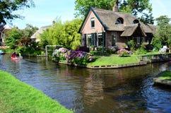 Vue des maisons typiques de Giethoorn, Pays-Bas images libres de droits