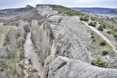 Vue des montagnes à la vallée de la rivière coulant au fond photo libre de droits