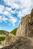 Vue des montagnes Babadag et d'une route boueuse le long du yolu de Girdimanchay Lahij de rivière du côté dans le village de Lahi Image libre de droits