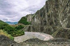 Vue des montagnes Babadag et un yolu boueux de Girdimanchay Lahij de rivière du côté dans le village de Lahic, Azerbaïdjan Image libre de droits