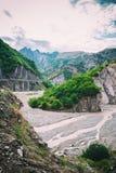 Vue des montagnes Babadag et un yolu boueux de Girdimanchay Lahij de rivière du côté dans le village de Lahic, Azerbaïdjan Image stock