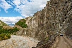 Vue des montagnes Babadag et un yolu boueux de Girdimanchay Lahij de rivière du côté dans le village de Lahic, Azerbaïdjan Photos stock