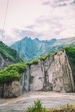 Vue des montagnes Babadag et un yolu boueux de Girdimanchay Lahij de rivière du côté dans le village de Lahic, Azerbaïdjan Images libres de droits