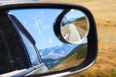 Vue des montagnes couronnées de neige d'Altai dans le rétroviseur photo stock