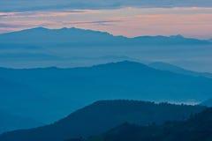 Vue des montagnes dans des rayons de début de la matinée de lumière, en Himalaya, parc national de Langtang, Népal photographie stock