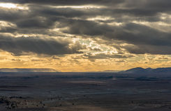 Vue des montagnes de Bani de Zagora avec le ciel et les nuages dramatiques Photographie stock