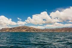Vue des montagnes de Puno du lac Titicaca, Pérou Photo stock