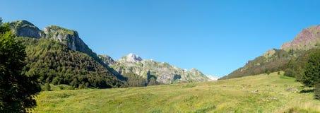 Vue des montagnes de Pyrénées avec le ciel bleu Images libres de droits