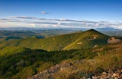 Vue des montagnes de Sikhote-Alin le soir photographie stock libre de droits